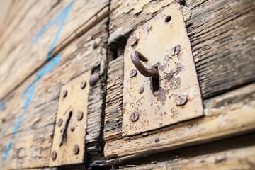 Chiaviestello di vecchio portone in legno
