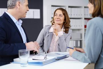 kollegen im büro in einer besprechung