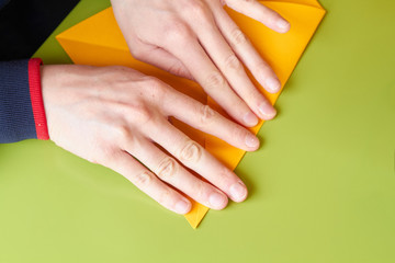 ragazza gioca ad origami