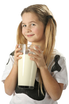 Jeune fille avec trés grand verre de lait