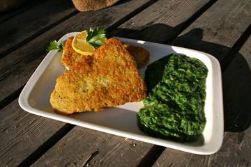 organisch lifestyle frittierter backfisch käse wildkräuter mangold, bärlauch spinat modern neu