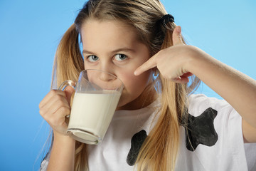 Fille avec couette boit du lait