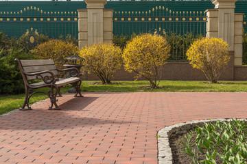 Место для отдыха в весеннем парке