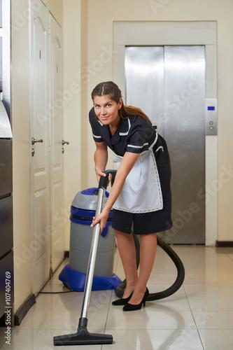 putzfrau mit staubsauger im hotel stockfotos und lizenzfreie bilder auf bild. Black Bedroom Furniture Sets. Home Design Ideas