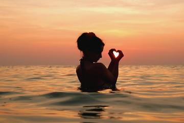 море закат женщина