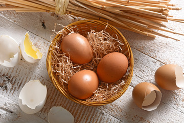 uova da allevamento biologico nel cestino