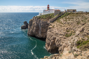 Steilküste an der Cabo de Sao Vicente nahe Sagres, Algarve, Portugal mit malerischem Leuchtturm