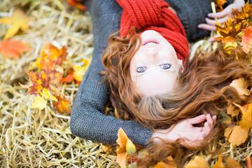 schöne Frau im Herbst