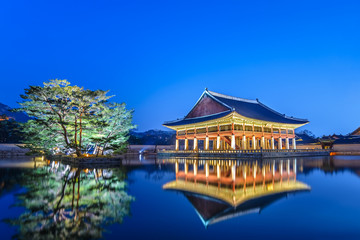 Stores photo Seoul Gyeongbokgung Palace at night, Seoul, South Korea
