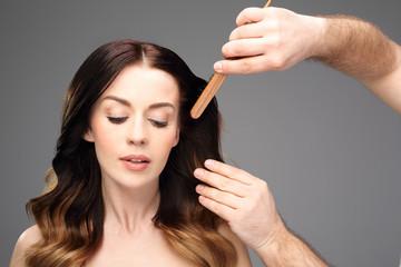 Czesanie włosów. Piękna kobieta w fryzjera