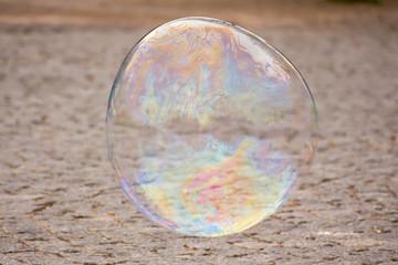 große Seifenblase fliegt über die Straße