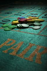 tavolo da roulette con fiche sul segno pari