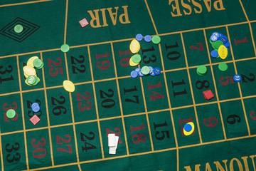 Tavolo verde da roulette con fiche