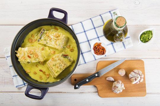 Bacalao al pil pil, pescado tradicional de la cocina española con una salsa espesa de aceite de oliva
