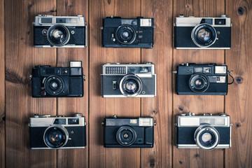 古いカメラ,一眼レフ,木製のテーブルに置かれたフィルムカメラ,俯瞰撮影