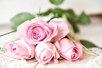 Rosen mit Spitze gebunden