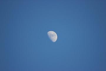 Zunehmender Mond am blauen Himmel