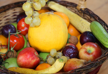 Photo sur Aluminium Fruits basket with lots of fresh fruit in autumn season