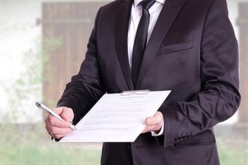 Makler reicht Vertrag zur Unterschrift an