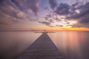 Pomost na jeziorze po zachodzie słońca