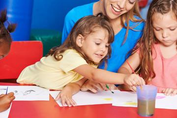 Mädchen malen im Malkurs im Kindergarten