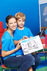 Mutter und Sohn zeigen gemaltes Bild