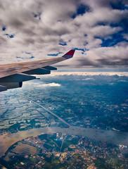 Вид на пригород Бангкока под крылом самолета