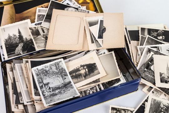 alte blechdose mit vielen alten bildern aus opas zeiten