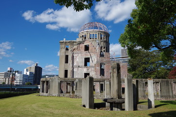 原爆ドームと石柱