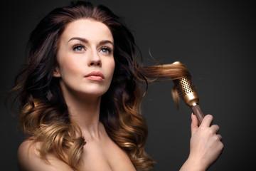 Objętość włosów.Długie zdrowe i lśniące włosy, długie kobiece włosy.