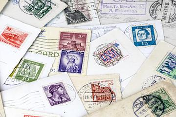Briefmarken und Postkarten aus verschiedenen Ländern und Zeiten tragen viele Erinnerungen in sich