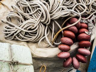 corde e altri strumenti da pesca in mare