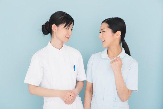 2人の女性看護師