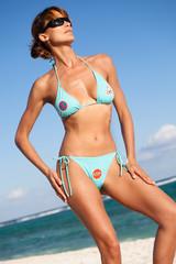 femme à la plage avec des panneaux de signalisation sur son maillot de bain