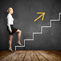 junge Geschäftsfrau begeht erste Stufe