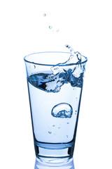 Glas Wasser spritzend