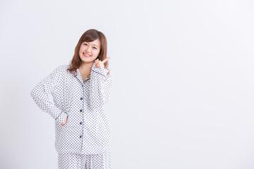 パジャマでポーズする女性