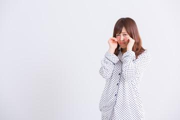 パジャマで泣く女性