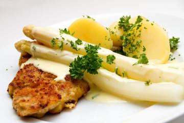 Spargel mit Schnitzel und Salzkartoffeln