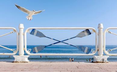 Wall Mural - Strandpromenade mit weißem Geländer und Möwe am Meer