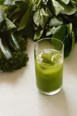 青汁と緑の野菜  白色背景