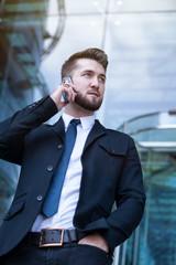 Mann in Anzug mit Telefon