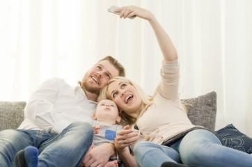 Familie mit Smartphone