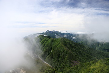 甲斐駒ケ岳山頂付近から観る北岳
