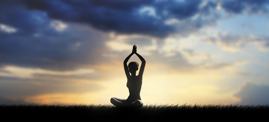 Donna medita all'aria aperta