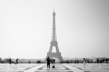 Early morning light at the Eiffel Tower in Paris - France Fototapete