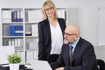 seriöse geschäftsfrau mit einem kollegen im büro