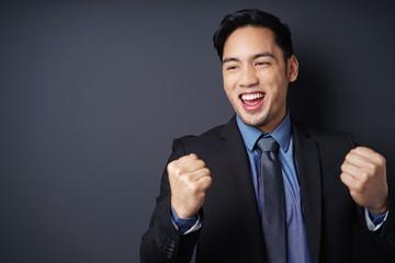 begeisterter mann ballt die fäuste und jubelt