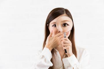 虫めがね・口を覆う女性