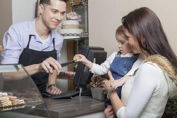 Kleinkind bekommt eine französische Makrone geschenkt